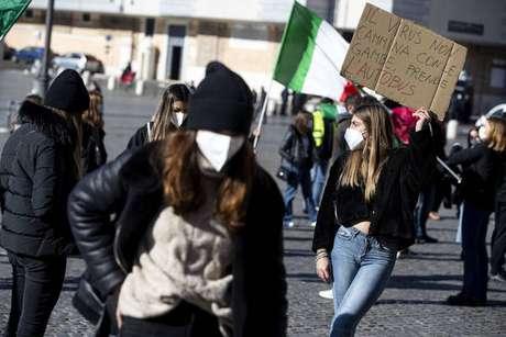 Estudantes protestam em Roma contra fechamento de escolas na Itália