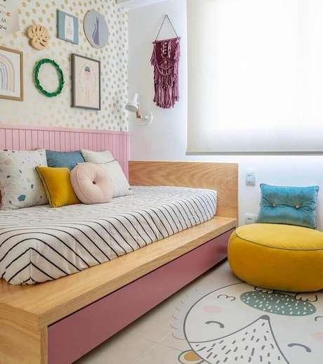 11. Quarto de menina decorado com papel de parede de bolinhas e puff redondo colorido amarelo – Foto: Na Toca