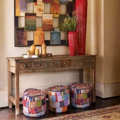 15. Puff colorido e aparador de madeira rústico para decoração de hall de entrada – Foto: Pinterest