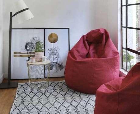 17. Decoração de sala com abajur de chão e puff fofão colorido – Foto: Casafom