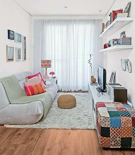 20. Invista no puff colorido para dar um up na sua decoração de sala simples – Foto: Ideias Decor
