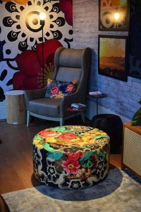2. Decoração simples para sala com puff redondo colorido e estampado – Foto: Pinterest
