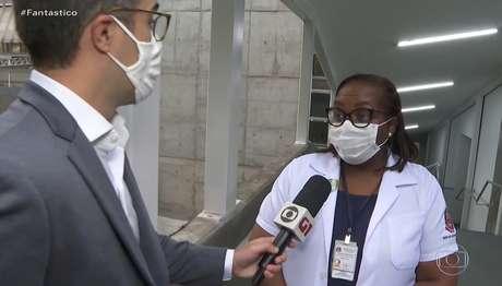 A enfermeira Monica Calazans em entrevista ao repórter Bruno Tavares no 'Fantástico': visibilidade imensurável no Brasil e exterior