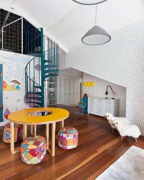 21. Espaço infantil decorado com puff redondo colorido para mesa amarela – Foto: Na Toca