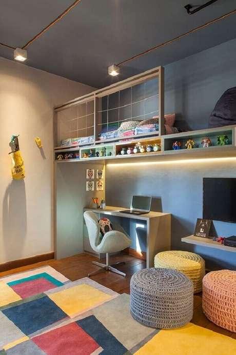 22. Decoração de home office com tapete e puff redondo colorido – Foto: Casa de Valentina