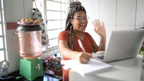 O Brasil possui pelo menos 4 milhões de jovens, com idade entre 15 e 24 anos, que trabalham e estudam concomitantemente