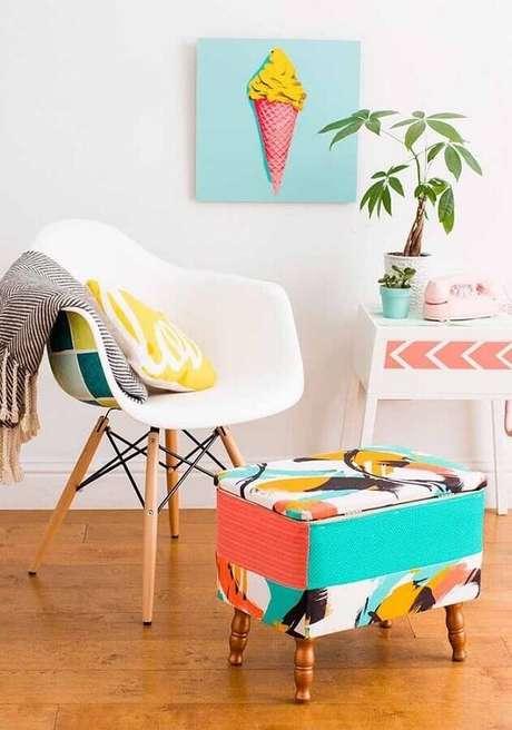23. O puff colorido se destaca na decoração de ambientes clean – Foto: Jeito de Casa
