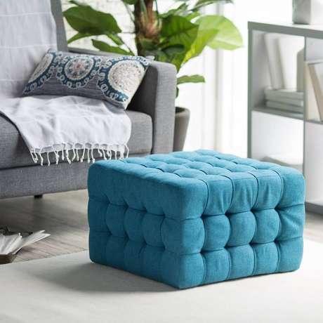 6. Puff colorido azul com acabamento capitonê para decoração de sala cinza – Foto: Assetproject