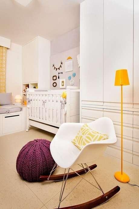 25. Decoração de quarto de bebê branco e cinza com luminária de chão amarela e puff colorido para cadeira de balanço branca – Foto: Pinterest