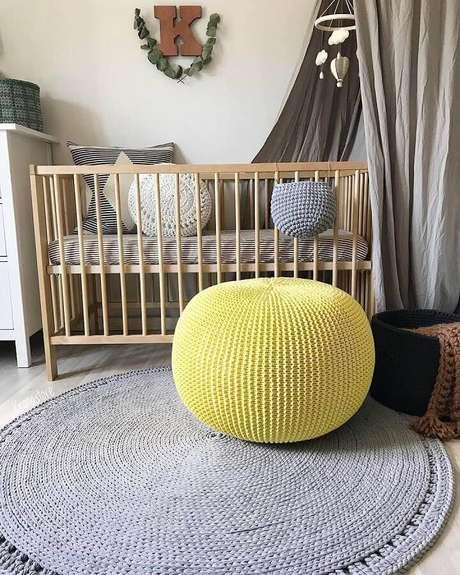 26. Puff colorido amarelo para decoração de quarto de bebê cinza com berço de madeira – Foto: Krona Store