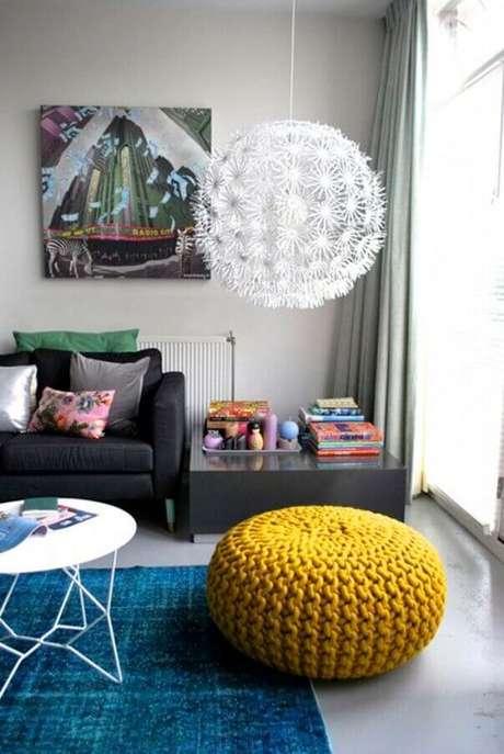 29. Puff colorido para sala de estar decorada com tapete azul – Foto: Decor e Salteado
