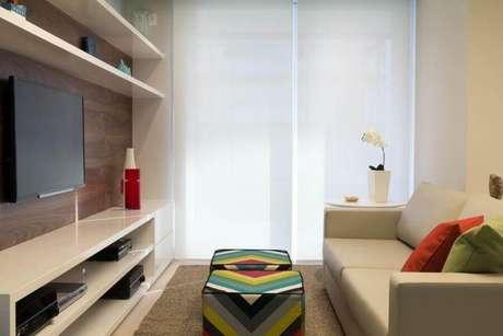 8. Puff colorido para sala pequena decorada em cores claras e neutras – Foto: Marília Veiga