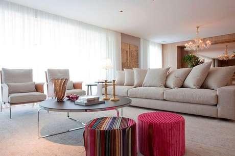 32. Puff colorido para sala de estar decorada em cores claras e neutras – Foto: Renata Florenzano