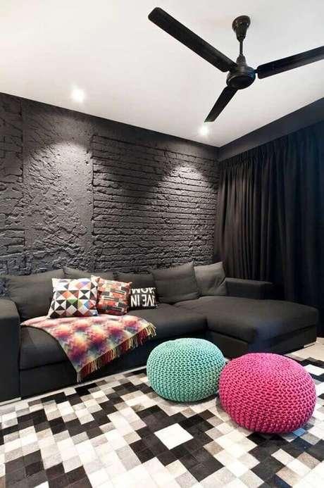 37. Sala preta moderna decorada com tapete geométrico e puff colorido – Foto: Houzz