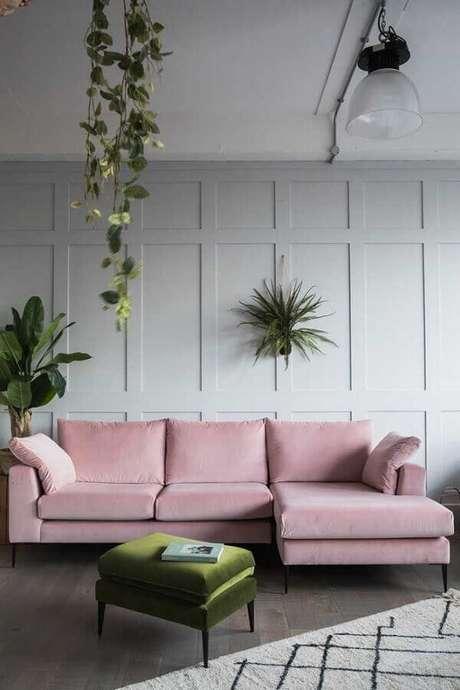 39. Puff colorido verde para sala cinza decorada com vasos de plantas e sofá rosa com chaise – Foto: Pinterest