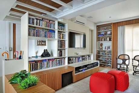 40. Puff colorido para sala de estar planejada – Foto: Galeria da Arquitetura