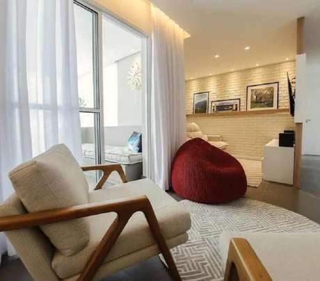 42. Puff fofão colorido para sala decorada em cores neutras – Foto: Goup Arquitetura