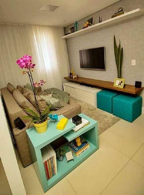 43. Puff colorido para sala pequena decorada em tons de bege – Foto: Simples Decoração