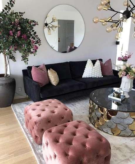 44. Decoração de sala sofisticada com mesa de centro espelhada e puff quadrado colorido com acabamento capitonê – Foto: Dizzy Home