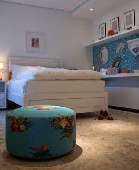 45. Puff colorido para quarto branco decorado – Foto: Lolo Ribeiro