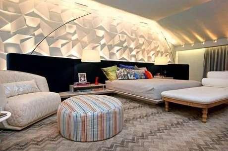 46. Revestimento 3D e puff colorido listrado para decoração de quarto – Foto: Jeito de Casa