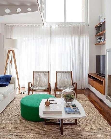 47. Puff redondo colorido para sala de estar decorada em cores claras – Foto: Casa 2 Arquitetos