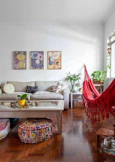 48. Decoração simples com rede vermelha e puff colorido para sala – Foto: Histórias de Casa