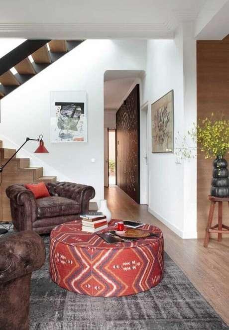 49. Puff redondo colorido para sala decorada com poltronas de couro rústicas – Foto: Ideias Decor