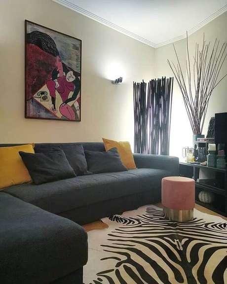 50. Puff redondo colorido cor de roas para decoração de sala com tapete zebrado – Foto: Gonçalo Chen Interiores