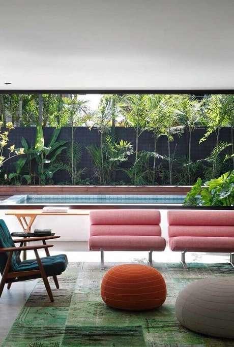 51. Puff colorido para varanda grande decorada com poltronas modernas – Foto: Pinterest