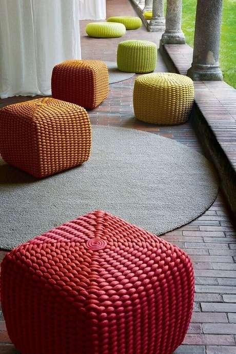 53. Decoração de varanda com puffs coloridos redondos e quadrados – Foto: Puff no mix