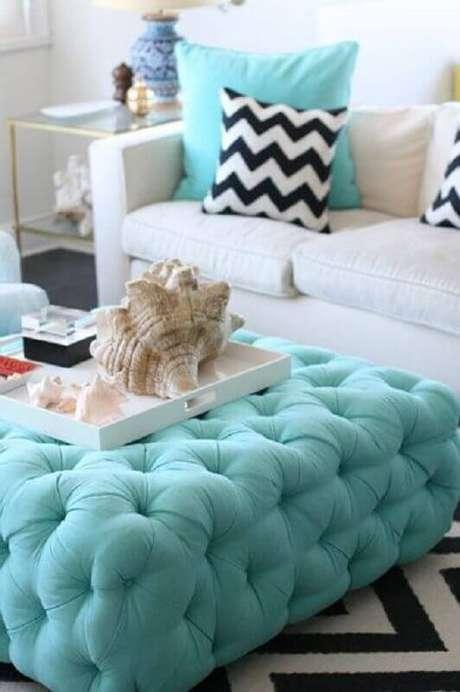 9. O puff colorido para sala se destaca no ambiente quando usado como uma mesa de centro – Foto: Fashionismo