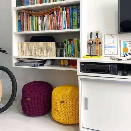 55. Decoração de sala branca com puff colorido redondo – Foto: Trapilho Design