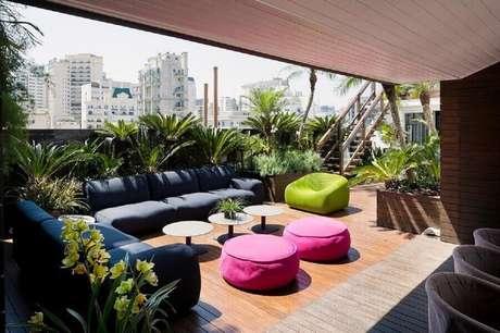 56. Decoração de varanda ampla com puff fofão colorido – Foto: DB Arquitetos