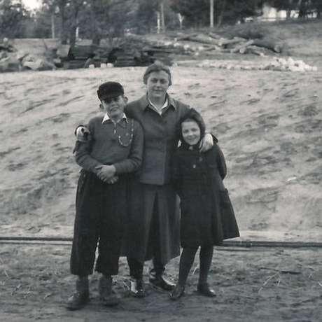 Guarda Johanna Langefeld com seu filho e a filha de outra colega