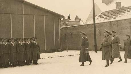 Chefe da SS, Heinrich Himmler, em visita a Ravensbrück (janeiro de 1941)