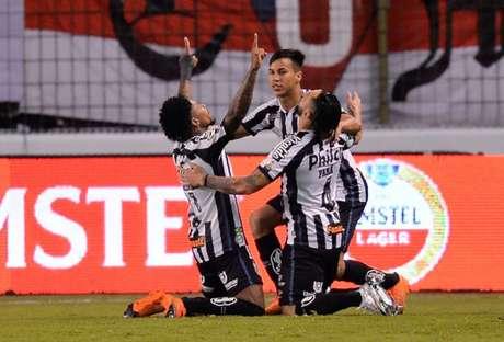 Santos usou o uniforme listrado na vitória sobre a LDU, em Quito, na atual edição da Libertadores (Foto: AFP)