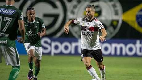 O camisa 10 Diego em ação pelo Flamengo, diante do Goiás, nesta segunda-feira (Foto: Alexandre Vidal / Flamengo)