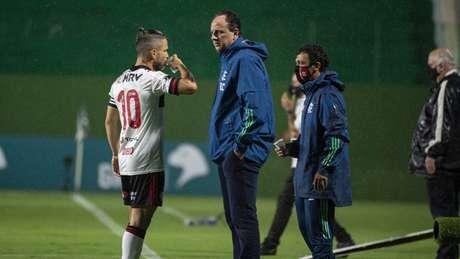 Ceni conversa com Diego durante a partida (Alexandre Vidal / Flamengo)