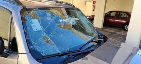 O parabrilsa e outras parte do carro de Sérgio Nonato foram danificados por torcedores de uma organizada-(Reprodução/Internet)
