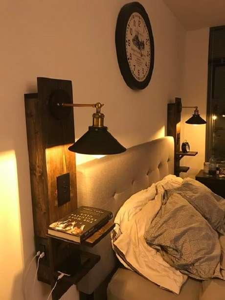 40. A arandela de madeira com prateleira é ótima para substituir o criado-mudo no quarto. Fonte: Fonte: Pinterest