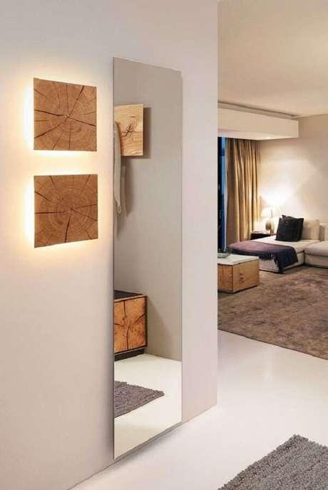 2. A arandela de madeira forma uma linda obra de arte na parede. Fonte: Pinterest