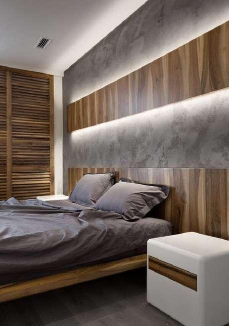 35. A arandela de madeira ocupa todo o espaço acima da cabeceira da cama. Fonte: Pinterest