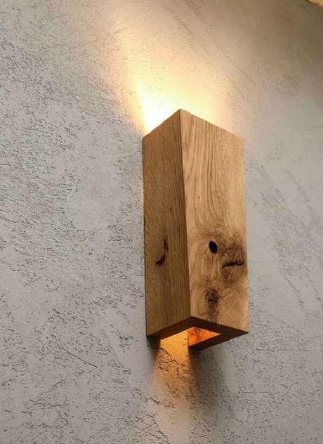14. A arandela de madeira rústica pode ser usada em todos os cômodos da casa. Fonte: Etsy
