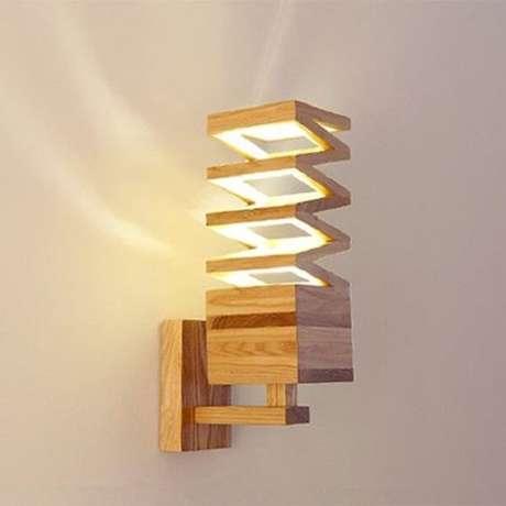 19. A arandela de parede de madeira pode favorecer a iluminação de diferentes cômodos da casa. Fonte: Pinterest