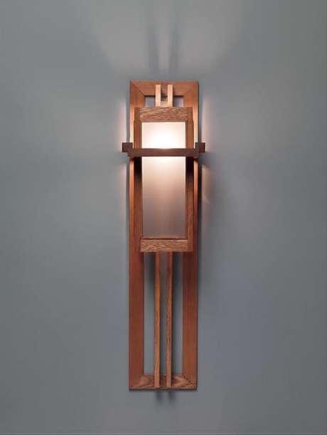 48. A arandela de madeira também pode favorecer a iluminação de corredores e escadas. Fonte: Pinterest
