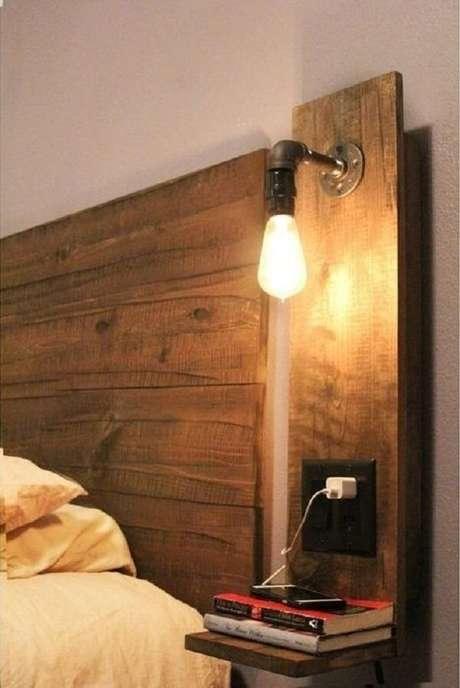 38. A arandela de madeira deixa o cômodo muito mais interessante. Fonte: Pinterest