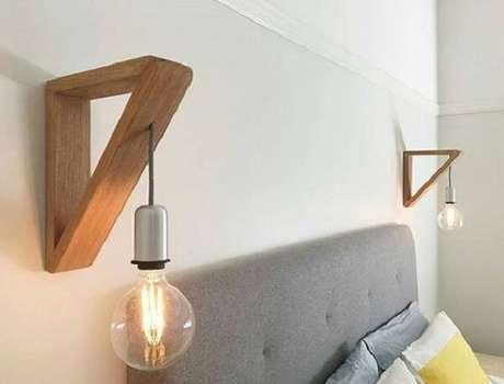 5. A cabeceira da cama também pode ser iluminada com a arandela de madeira. Fonte: Heatherly Design