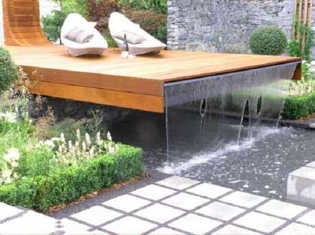 64- A cascata para piscina é embutida no deck suspenso. Fonte: Pinterest