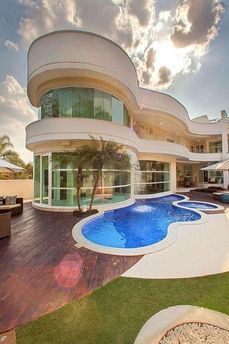 2- A cascata para piscina se conecta com o projeto arquitetônico da casa. Projeto por Iara Kilaris